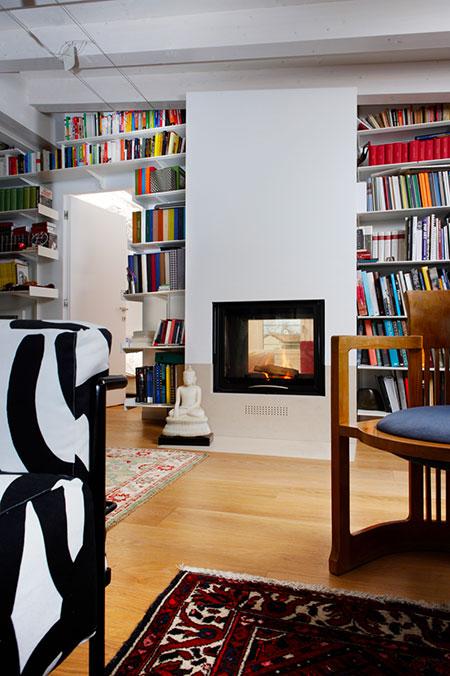 Cheminée à bois dans une bibliothèque MCZ